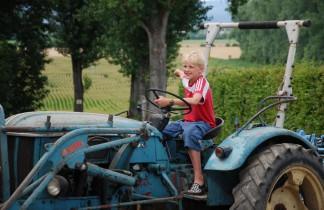 Junge auf Traktor