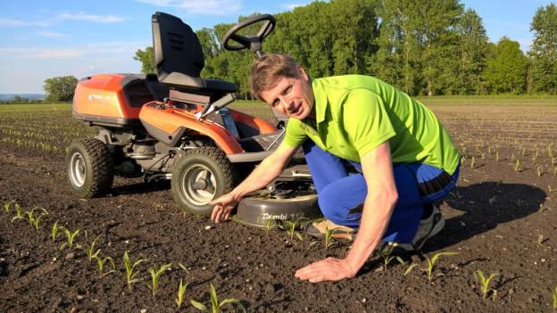 Rasenmäher + Markus in Hocke beim mähen