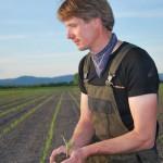 Markus mit Maispflanze